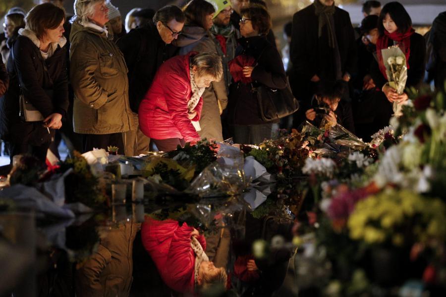 Ludzie oddają hołd ofiarom zamachów