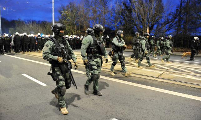 Policja uzbrojona po zęby. Nadzwyczajne środki bezpieczeństwa na meczu w Szczecinie. ZDJĘCIA
