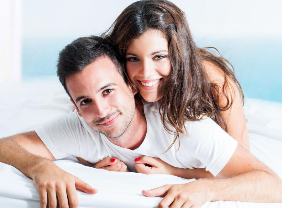 Para leży w łóżku