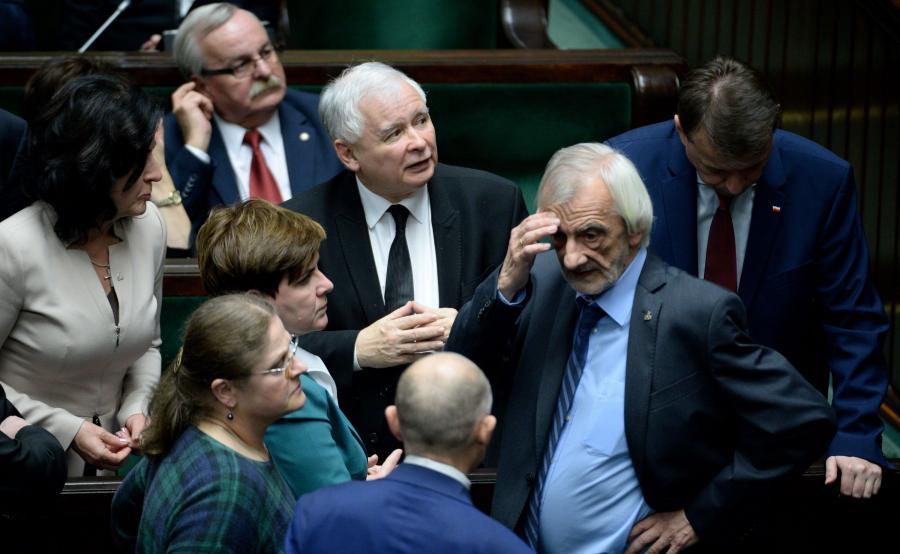Posłowie Prawa i Sprawiedliwości Mariusz Błaszczak (P), Ryszard Terlecki (2P), Jarosław Kaczyński (3P), Krystyna Pawłowicz (L dół), premier Beata Szydło (2 centrum), Leonard Krasulski (L góra) podczas posiedzenia Sejmu