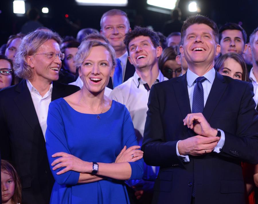 Lider Nowoczesnej Ryszard Petru z żoną Małgorzatą oraz dyrektor Teatru Polskiego we Wrocławiu Krzysztof Mieszkowski podczas wieczoru wyborczego partii Nowoczesna