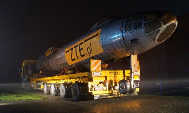 Nocny transport słynnego bombowca odrzutowego polskiej armii. Mamy ZDJĘCIA z operacji