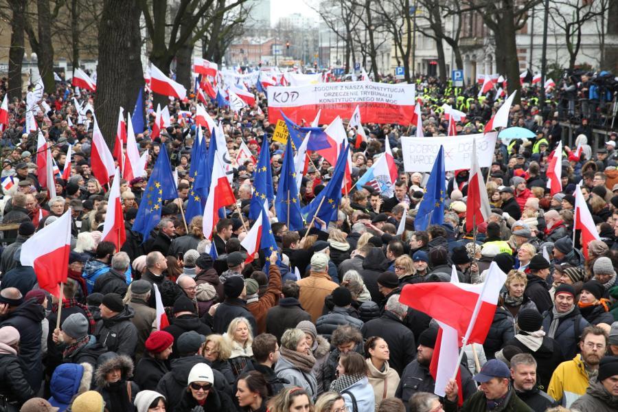 Marsz organizowany przez Komitet Obrony Demokracji