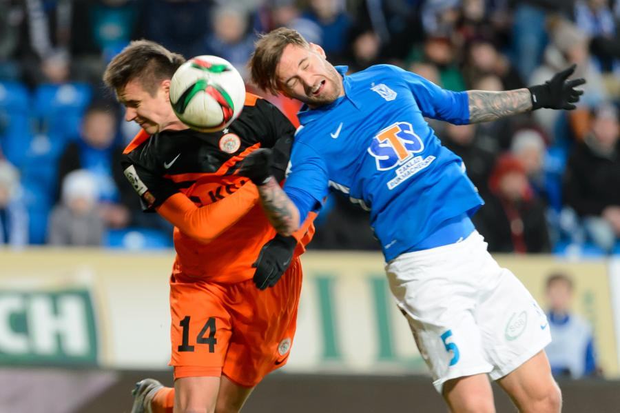 Zawodnik Lecha Poznań Tamas Kadar (P) walczy o piłkę z Łukaszem Janoszką (L) z KGHM Zagłębie Lubin