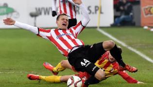 Zawodnik Cracovii Paweł Jaroszyński (z przodu) walczy o piłkę z Łukaszem Sierpiną z Korony Kielce podczas meczu polskiej Ekstraklasy