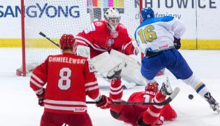 Bramkarz reprezentacji Polski Kamil Kosowski (C) i Kazach Yaroslav Evdokimov (P) w meczu hokejowego turnieju EIHC w Katowicach
