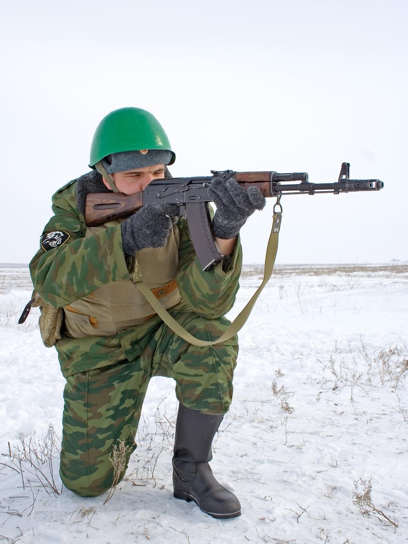 Rosyjski żołnierz z karabinem AK-47