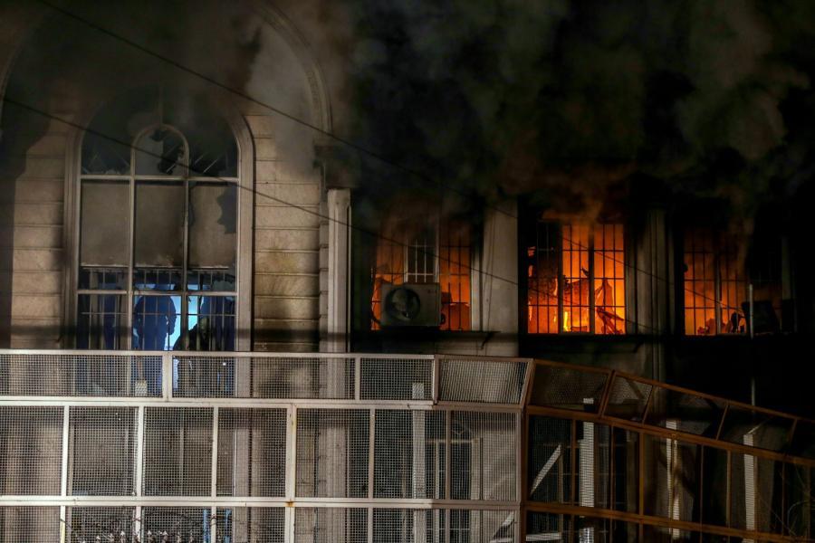 Płonąca ambasada saudyjska w Teheranie