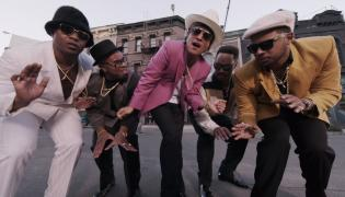 "1. Mark Ronson feat. Bruno Mars – ""Uptown Funk"""