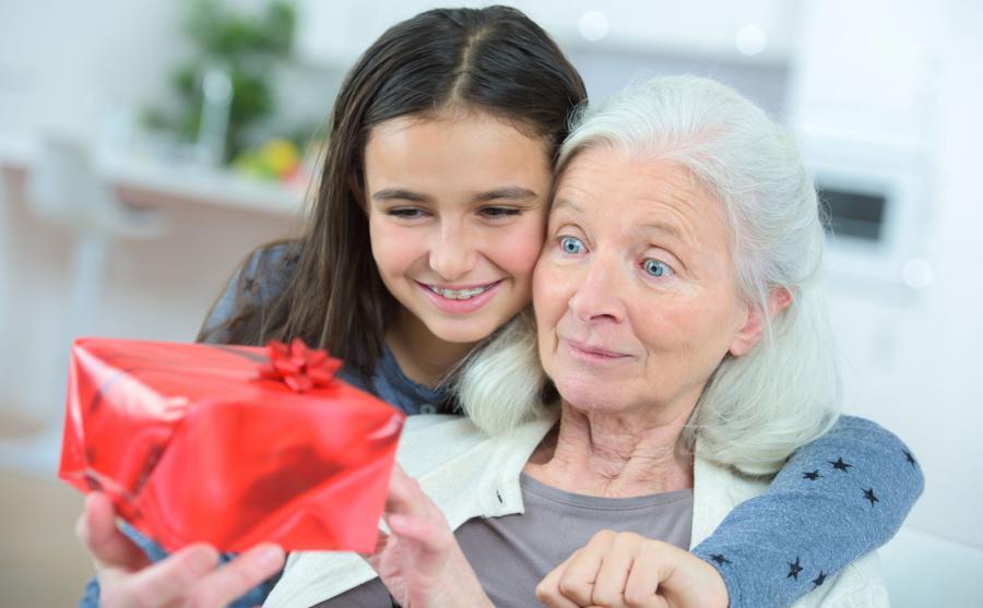 Dziewczynka daje babci prezent