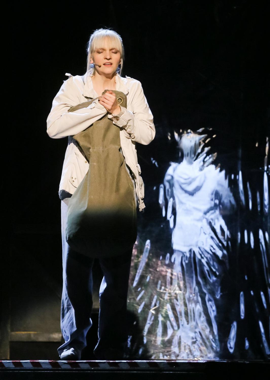 """Natalia Kujawa na scenie podczas jubileuszowego spektaklu """"Metra"""""""