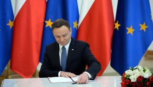 """Prezydent Andrzej Duda w obecności minister rodziny, pracy i polityki społecznej Elżbiety Rafalskiej podpisał ustawę wprowadzającą """"Program 500 Plus"""""""