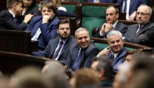 Grzegorz Schetyna i Cezary Grabarczyk z uśmiechem przysłuchują się obradom Sejmu