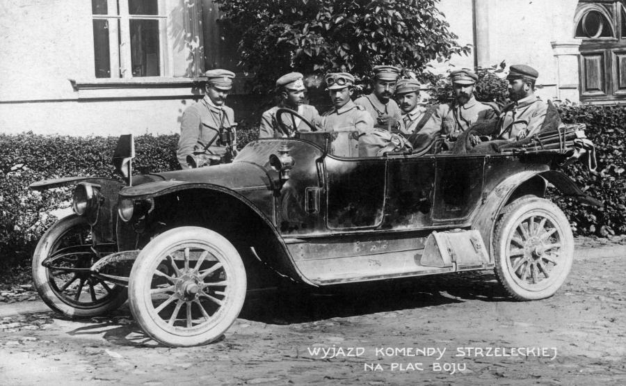Józef Piłsudski (siedzi w aucie) w Kielcach w roku 1914