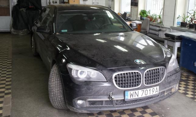 Oto rozerwana opona i rozbite BMW prezydenta. Mamy ZDJĘCIA prosto z laboratorium kryminalistycznego policji