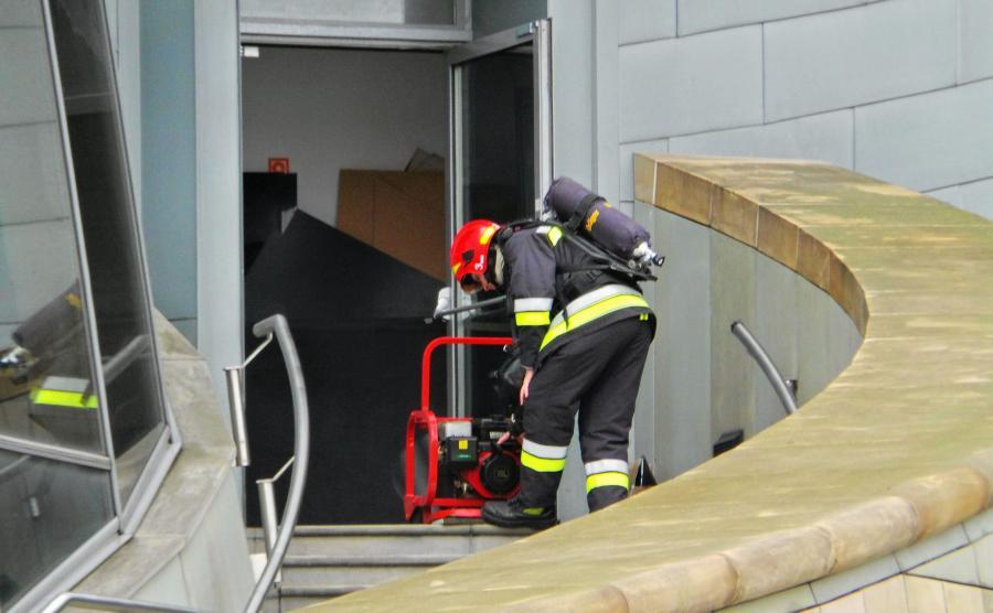 Straż pożarna przed budynkiem TVP