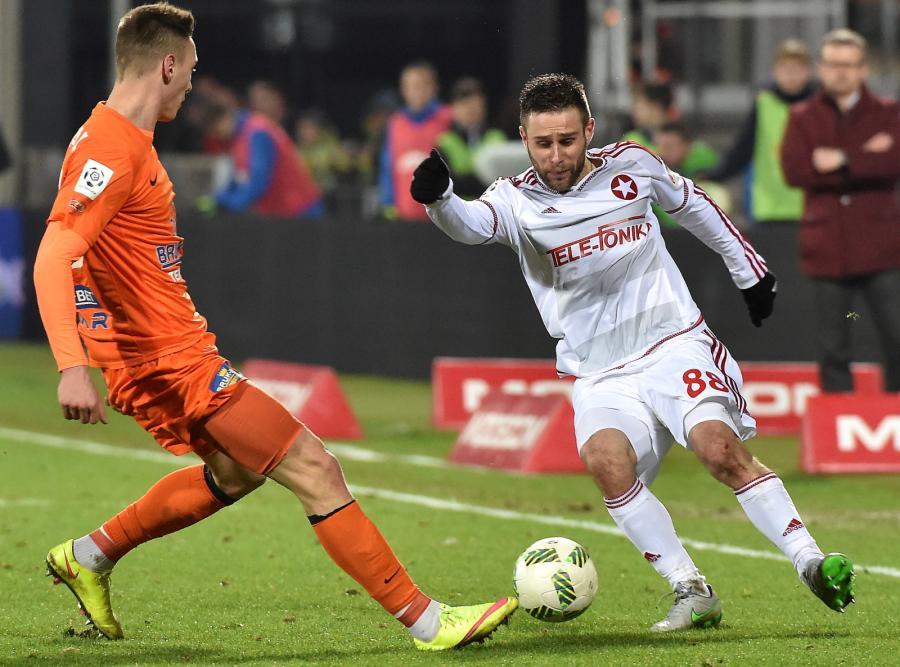 Zawodnik Termaliki Bruk-Bet Nieciecza Mateusz Kupczak (L) walczy o piłkę z Patrykiem Małeckim (P) z Wisły Kraków