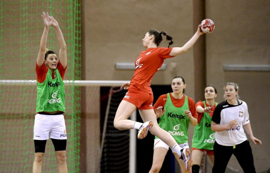 Piłkarki ręczne reprezentacji Polski Marta Gęga (L) i Monika Kobylińska (C) podczas treningu kadry w Pruszkowie