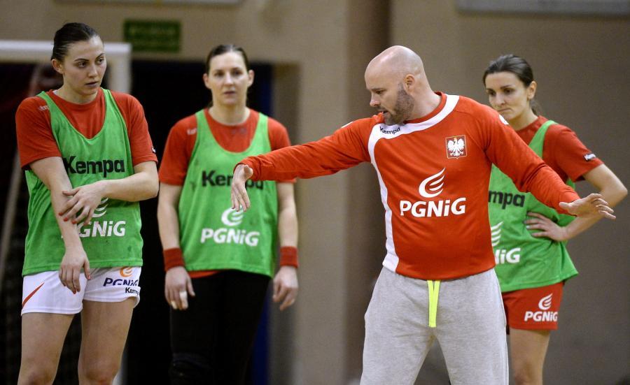 Selekcjoner reprezentacji Polski piłkarek ręcznych Kim Rasmussen podczas treningu kadry