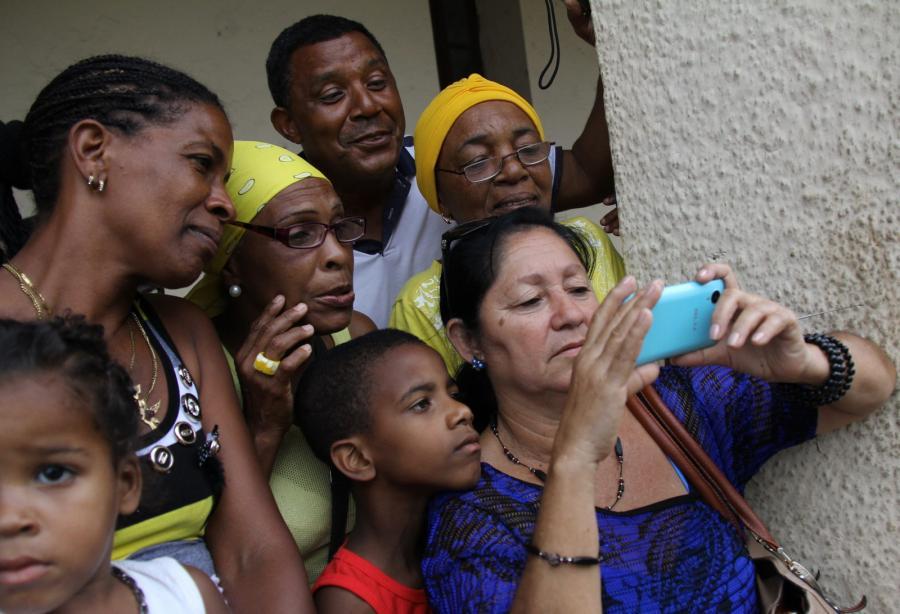 Mieszkańcy Hawany oglądają przylot przydenta USA
