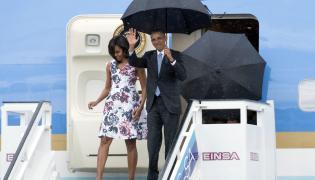 Prezydent USA wraz z małżonką wychodzą z samolotu