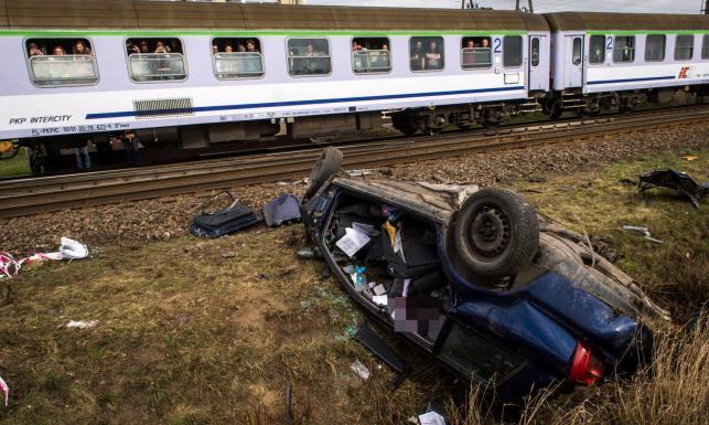 Tragiczna Wielka Sobota. Ojciec z córką zginęli na przejeździe kolejowym. Szlabany były podniesione? [ZDJĘCIA]