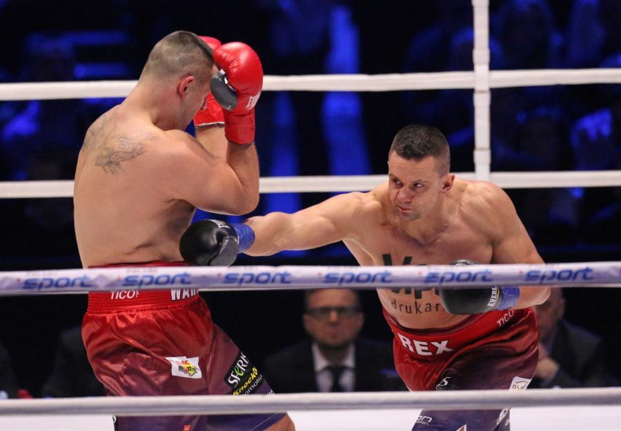 Andrzej Wawrzyk (L) i Marcin Rekowski (P) podczas walki w wadze ciężkiej, w trakcie gali bokserskiej Polsat Boxing Night