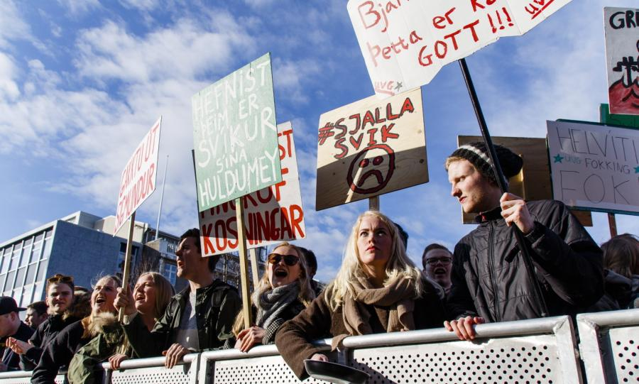 TŁUM DOMAGAŁ SIĘ DYMISJI PREMIERA. Tysiące osób na ulicach Reykjavíku