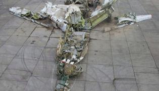 Na zdjęciu archiwalnym z 2010 r., udostępnionym przez Międzypaństwowy Komitet Lotniczy (MAK), wrak prezydenckiego samolotu Tu-154M ułożony na lotnisku wojskowym Siewiernyj w Smoleńsku