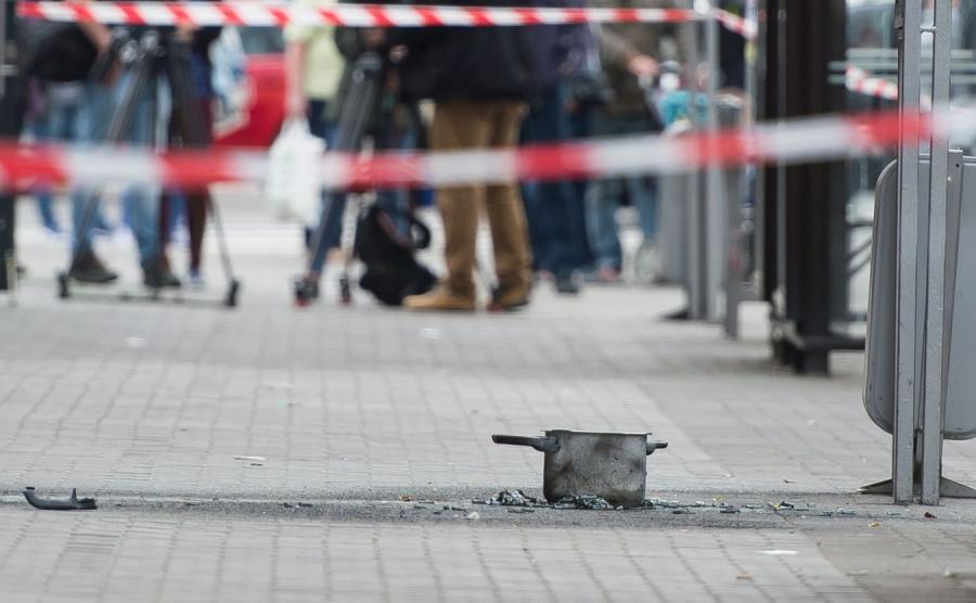 Zniszczony pojemnik po wybuchu na przystanku na ulicy Kościuszki we Wrocławiu