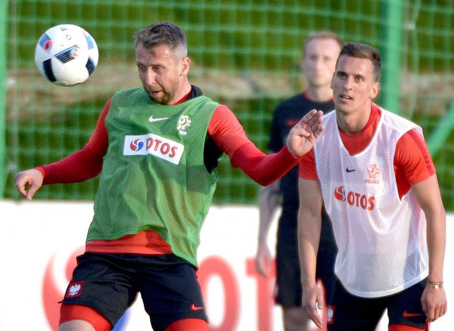 Arkadiusz Milik (P) i Jakub Wawrzyniak (L), podczas treningu na boisku w ośrodku wypoczynkowym w Arłamowie