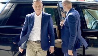 Prezydent RP Andrzej Duda (L) po przyjeździe do ośrodka wypoczynkowego w Arłamowie