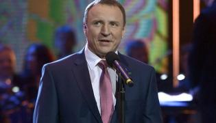 Jacek Kurski na scenie festiwalu w Opolu