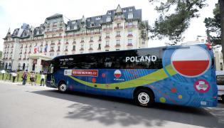Autokar piłkarskiej reprezentacji Polski przyjeżdża do hotelu Barriere L'Hermitage we francuskim La Baule