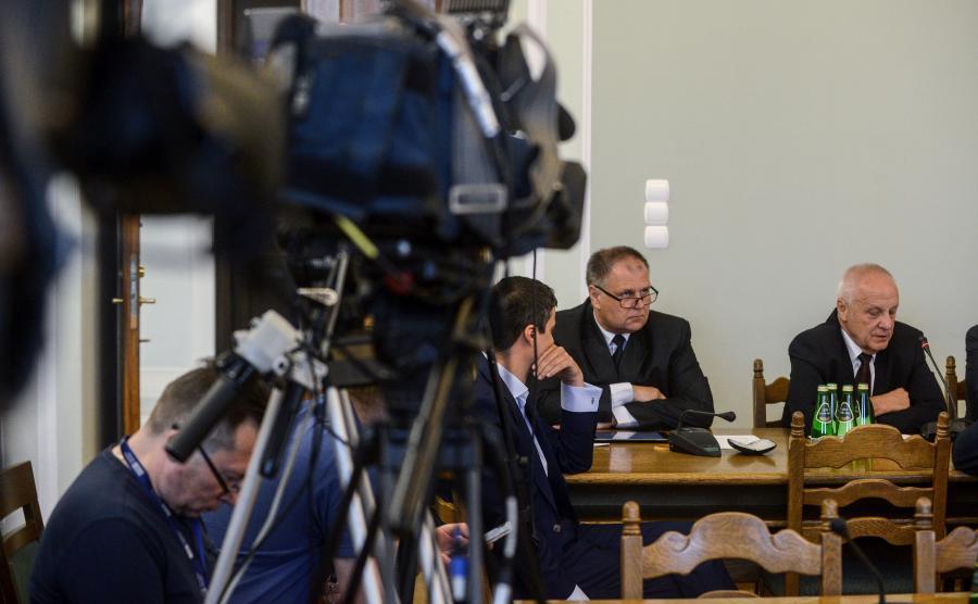 Stefan Niesiołowski przemawia na komisji sejmowej