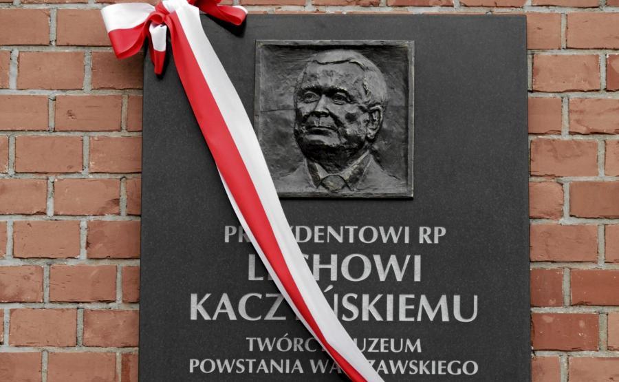 Tablica poświęcona prezydentowi Lechowi Kaczyńskiemu na gmachu Muzeum Powstania Warszawskiego