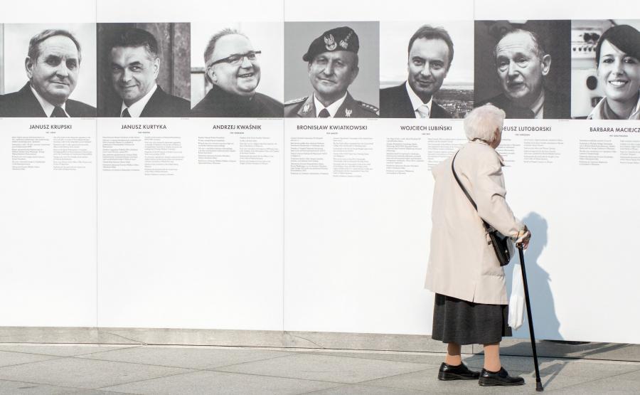 Wystawa poświęcona ofiarom katastrofy smoleńskiej na Placu Piłsudskiego w Warszawie