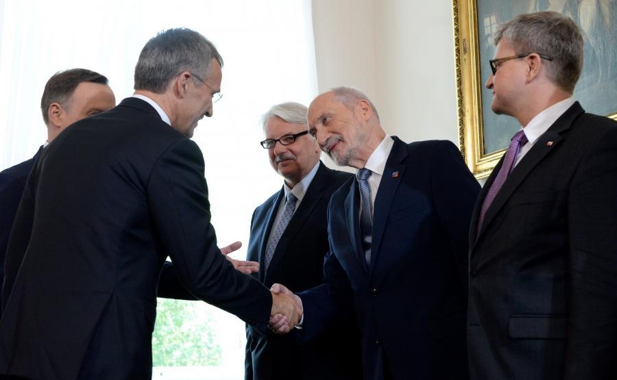 Prezydent Andrzej Duda (L) i sekretarz generalny Sojuszu Północnoatlantyckiego Jens Stoltenberg (2L) witają się z ministrem spraw zagranicznych Witoldem Waszczykowskim (3P), ministrem obrony narodowej Antonim Macierewiczem (2P) i szefem BBN Pawłem Solochem (P)