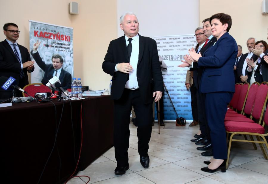 Jarosław Kaczyński na spotkaniu autorskim z czytelnikami, po lewej premier Beata Szydło