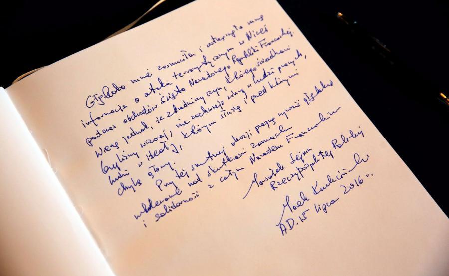 Wpis w księdze kondolencyjnej złożony przez marszałka Sejmu Marka Kuchcińskiego, w ambasadzie Republiki Francuskiej w Warszawie