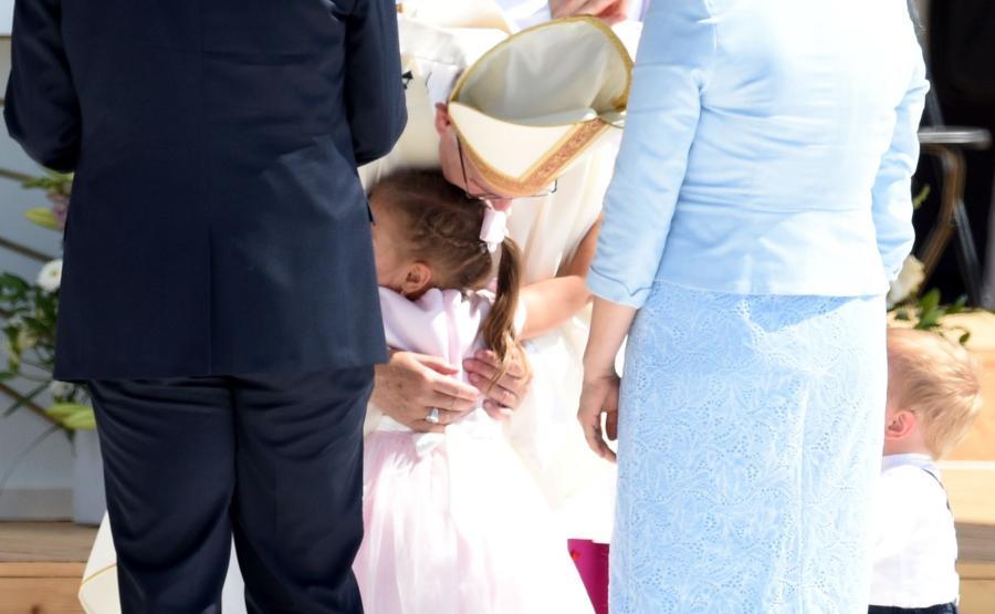 Papież przytula dziecko