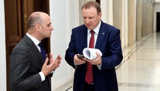 Szef rady nadzorczej TVP Dariusz Lasocki (L) i Jacek Kurski (P) po posiedzeniu Rady Mediów Narodowych w Sejmie