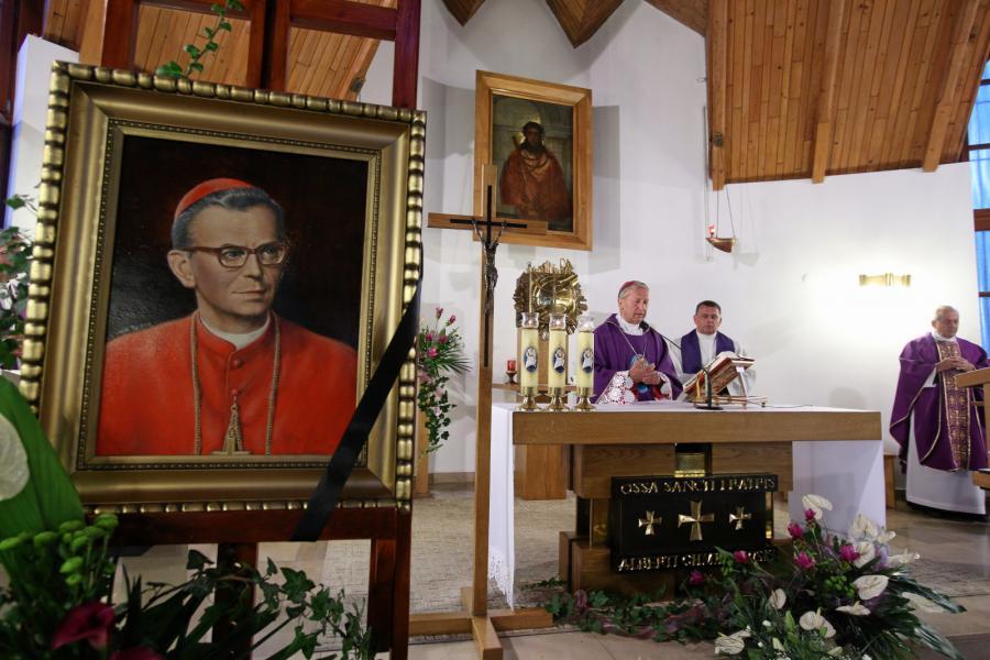 Mszę św. przy trumnie z ciałem kard. Franciszka Macharskiego odprawia 2 sierpnia wieczorem w kościele sióstr Albertynek w Krakowie bp Jan Zając