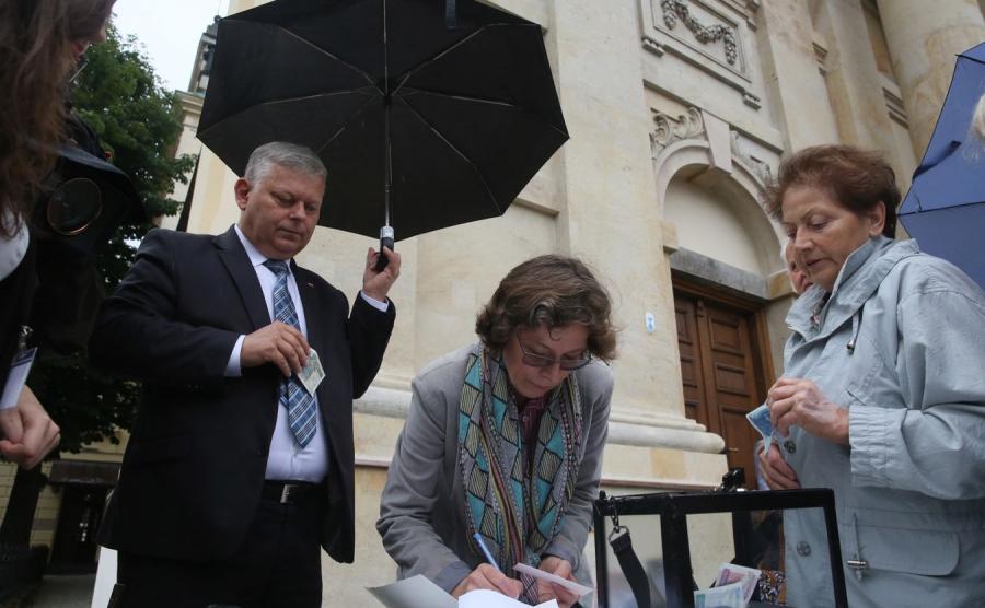 Poseł PiS Marek Suski podczas rozpoczęcia zbiórki pieniędzy