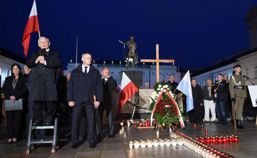 Wystąpienie prezesa PiS Jarosława Kaczyńskiego przed Pałacem Prezydenckim