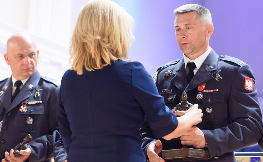 Ewa Błasik wręcza wyróżnienie - statuetkę z postacią gen. Andrzeja Błasika
