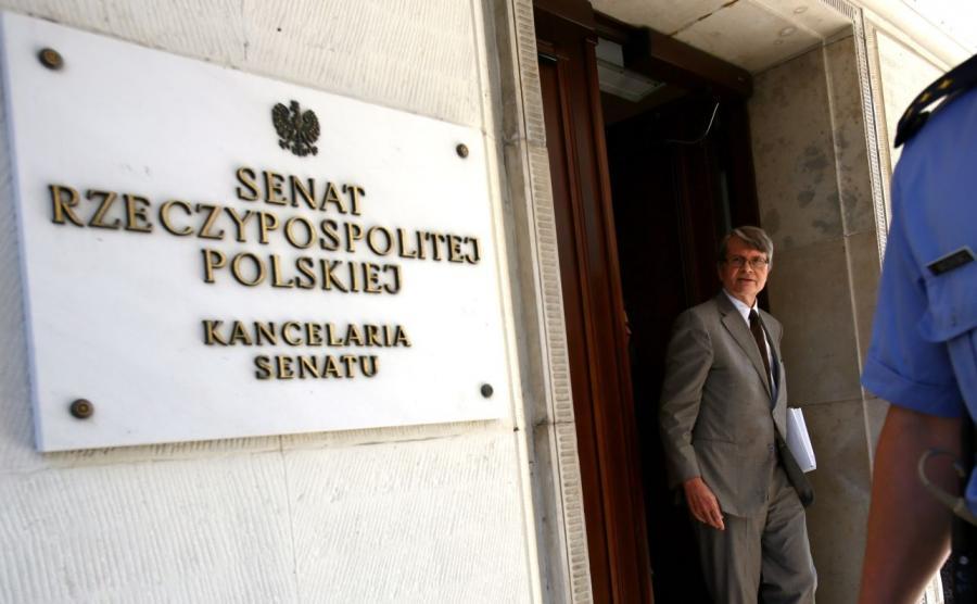 Wiceprzewodniczący Komisji Weneckiej Kaarlo Tuori (C) po spotkaniu w Senacie w Warszawie