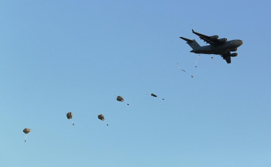 Desant amerykańskich spadochroniarzy na Pustyni Błędowskiej