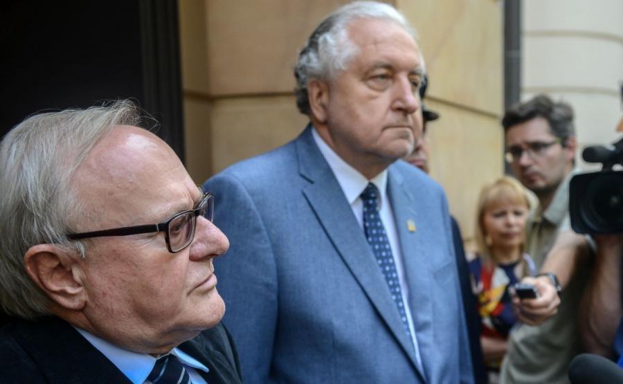 Prezes TK Andrzej Rzepliński (2L) i wiceprezes TK Stanisław Biernat (L), podczas konferencji prasowej po spotkaniu z przedstawicielami Komisji Weneckiej,