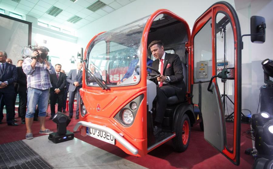 Karol Zarajczyk, prezes spółki Ursus S.A. za kierownicą nowego samochodu